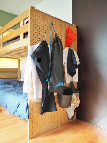 ランドセルを置いた棚の前にはベッドがあります。ベッド横に有孔ボードを設置して、制服やバッグなどをかけて収納。学校から帰ってきてサッとフックに掛けるだけ、学校に行くときもすぐに着替えられますね。ちなみにゴミ箱も吊るしているそうですよ。