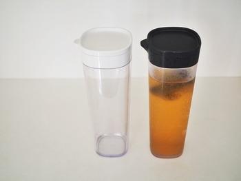 フィルターが付いており、水出しのコーヒーやお茶パックを入れることができるブラックのキャップがクールな「ニトリ」の「コーヒー&ティーポット 1.1L(画像右)」もあわせて使用もおすすめ。