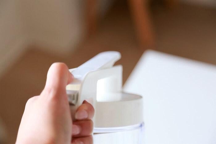 アイテム名通りにロック機能を解除すれば片手で開閉が簡単にでき、注ぎやすさも抜群。しかもフタの部分とサイドの2箇所に持ち手があるので冷蔵庫で横置きしても、サイドポケットに入れてもどちらも取り出しやすくなっています。