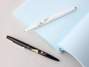 お気に入りのボールペンがあれば、書く作業がグッと楽しくなります。こちらはシンプルなモノトーンカラーと、ゆるいイラストの組み合わせが絶妙。リラックスしながら項目を考えられそうですね。