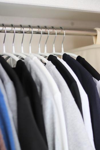 収納しているアイテムが多く、湿気も溜まりやすいクローゼット。なんとなくカビ臭いにおいがしたり、気が付いたらお洋服やバッグにカビが...なんて事にも。大切なものも沢山あるクローゼットだからこそ、しっかりお掃除していきましょう。
