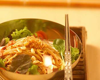 タコを入れて海鮮の美味しさを冷麺に取り入れたビビン冷麺。ハーブをプラスすることで、歯ごたえと香りを楽しめる冷麺です。いつもとは違うこだわりの冷麺を食べたい方に♪