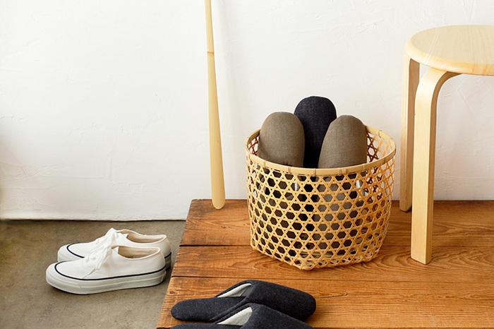 美しい竹細工であるバスケットを使ってスリッパ収納に。網目が大きく通気性もあり、さらに竹には抗菌効果もあるので、スリッパを入れておくのにぴったりです。