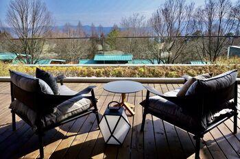 THE HIRAMATSU 軽井沢 御代田は、今春にオープンしたばかりの宿泊施設。浅間山の見える豊かな自然の中に位置しています。  全9棟のヴィラはオールスウィート。小さな子どもがいるご家族にもおすすめの空間です。愛犬と一緒に宿泊できるドックラン付きのお部屋もありますよ。  こだわりのお食事はもちろん、ボディケアやトレッキング体験などのアクティビティも充実していることも魅力。アウトドアラウンジでは、焚き火を囲みながら、語らいや読書などを楽しめます。