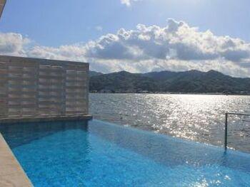 ヴィラには宮津湾と融合したインフィニティプールが付いてるので、好きな時間に、好きなだけプールを楽しむことができます。 贅沢な景色のなかで、日常を忘れてリゾート気分を味わえるでしょう。