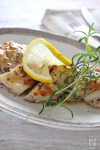 シンプルな鶏もも肉のレモンバターソースソテーです。  レモン汁、ハーブ、メープルシロップに粒マスタードと、旨みの強い調味料をかけ合わせて、奥行きのある味わいに仕上げています。  鶏肉は先にオリーブオイルで焼いて、あとからバターをくわえます。はじめからバターで焼いてしまうと、鶏肉に火が通る前に、バターが焦げ始めてしまうので気を付けましょう。
