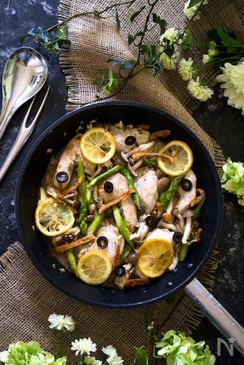 ジューシーに仕上げる、鶏胸肉と野菜のレモンガーリックワイン蒸しです。  鶏胸肉を焼いている途中でニンニクのみじん切りをくわえるレシピ。あっという間に焦げてしまうニンニクのみじん切りも、これなら、鶏胸肉にじんわり香りをつけることができますよね。肉を焼いたら、調味液をプラスして、蒸し煮に。レモン汁が50㏄入っているので、さっぱりと爽やかな風味がしっかりとつきますよ。