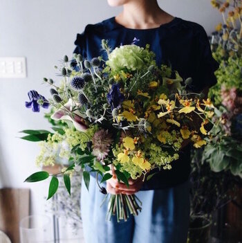 落ち着いた色合いでアンティークな風合いの花束。花や葉をたっぷりと使ったデザインは他とはちょっと違う個性が。お部屋のインテリアはもちろん、自分へのご褒美にもぴったりです◎