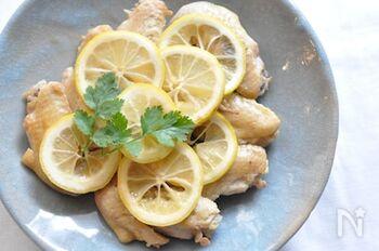 ソテーした手羽先を、お酢とレモンの入った酸っぱい調味液で蒸し焼きに。  先にフライパンで手羽先をソテーしているので、鶏の旨みをしっかり閉じ込められます。お酢、はちみつ、醤油にレモンという甘酸っぱい調味液は暑い夏の季節によく合いますよね。蒸しあがる頃には、調味液の水分が飛んで、すこしとろりとした極上のソースに。食べるときに、手羽先にかければ、一段と香りがよくなり、食慾をそそります。