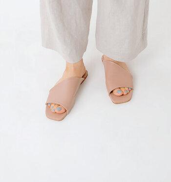春夏コーデにさり気ない個性をプラスしてくれる、アシンメトリーデザインが目を引くレザーサンダル。デニムのカジュアルさをきりりと引き締め、大人の上質な着こなしを作ります。