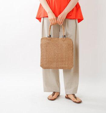 スクエア型のかごバッグはどこかかわいらしい佇まい。ラファイア椰子の葉を使っているので夏らしく軽やか♪使うほどに肌に馴染んでくれます。