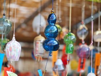 全国各地から集まった風鈴は形も色もさまざま。猫や魚、花などそれぞれの個性があって見ているだけでワクワクします。