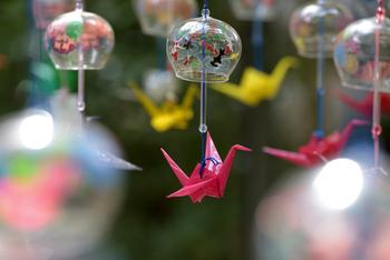 風鈴の下をよく見ると折り鶴が!これは住職自ら折った折り鶴なんだそう。コロナ終息を願いながら眺めたいですね。