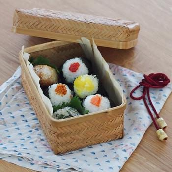 おにぎりがとっても似合う、すす竹から作られた風情あるお弁当箱「おむすび篭」。