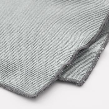 マイクロファイバーをパイル編みにした万能クロス。パイル編みの適度な弾力が、持ちやすさと汚れ落ち効果をアップさせています。手持ちのフロアワイパーに取り付けて使えるのも嬉しいポイント。