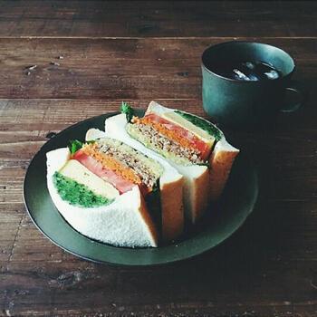 折りたたみキンパを作って具材が余ったら翌日のランチは気分を変えてサンドイッチに。ごはんにあうキンパの具材はパンとも相性バッチリで、カットした断面も美しくお弁当にも映えます。