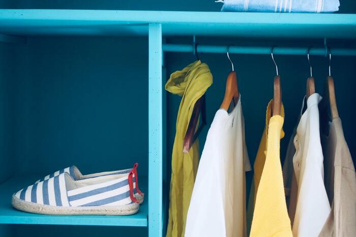 お洋服はもちろん、バッグやお家によっては靴なども収納されているクローゼット。最近では、ウォークインタイプのご家庭も増えているかもしれませんが、やはり基本はしっかり換気!です。お部屋の窓を開ける時には、クローゼットの扉を開けて風を通しましょう。どうしても風が通りにくい場合には、扇風機などを回してクローゼットの中の空気が入れ替わる様にしたいですね。