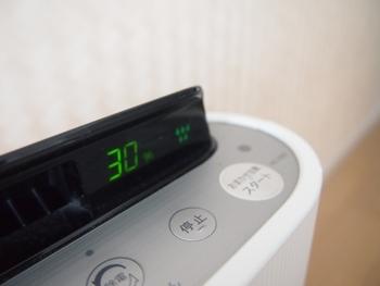 換気をしたら、しっかり除湿もしていきましょう。クローゼットがあるお部屋で毎日エアコンをかける場合には、定期的に扉を開けての除湿がおすすめです。ウォークインクローゼットの方で、除湿器がある方は、中に除湿器を入れてしっかりと湿度を下げてあげるのが◎。