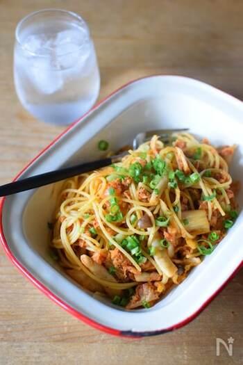 辛いキムチと、油ごと使ったツナ缶のマイルドさが合わさった簡単パスタ!キムチとツナは相性抜群です。