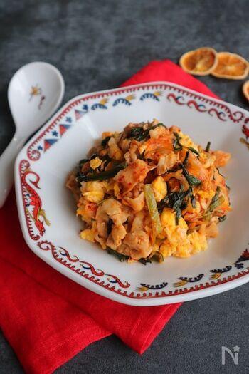 ピリ辛の豚キムチも、ふわふわの炒り卵が入ることで食べやすくまろやかに。味つけは塩こしょうのみでシンプルに。