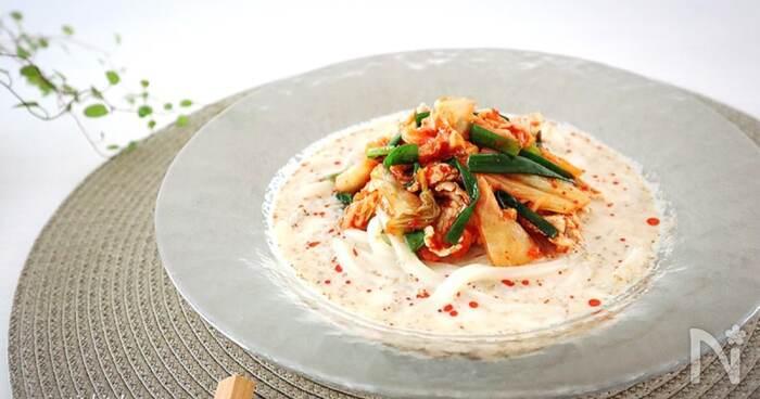 豆乳のまろやかな優しい風味に、キムチのピリ辛感がアクセントになった一品。食欲のない日でもつるつるっと食べられます。