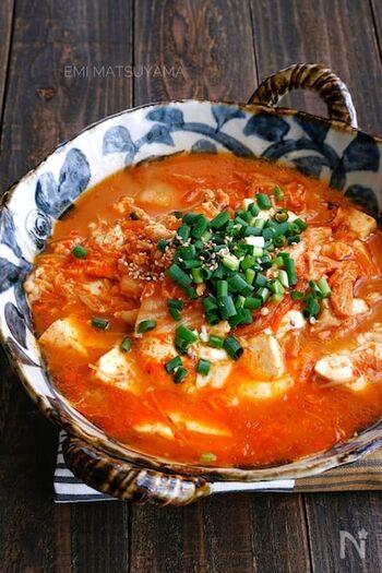チゲスープ風の豆腐のキムチ煮込み。卵は最後に入れて、お好みの固さまで煮込んで。