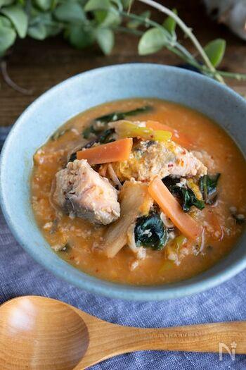 免疫力アップ効果があるとされている鮭をメインに、飲む点滴と言われる甘酒を組み合わせた元気の出るおかずスープです。元気を出したいときに作りたい一品です。