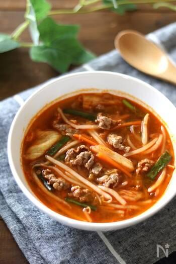 コチュジャンは使わず、みそを加えたマイルドなキムチスープ。たっぷり野菜と牛肉をモリモリ食べられます。