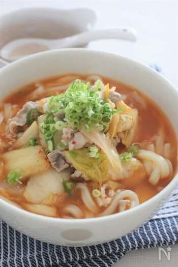 食べると体の内側からポカポカ温まるうどん。キムチは煮込むと柔らかくなり、食べやすく優しい風味になります。