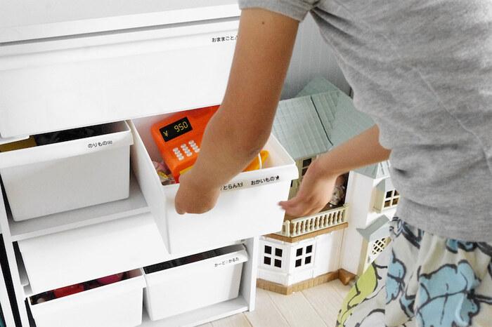 例えば、シンプルにカラーボックスを並べた収納は、カラーボックスに合ったサイズを組み合わせています。さらに、ラベリングをすることで何が入ってるか分かりやすく、子供も自分で片付けしやすいですね。