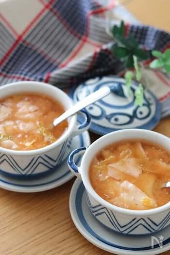具はワンタンの皮とキムチだけのシンプルさ。なのにとってもおいしいスープ。3分でできるから疲れた日にもぜひ。