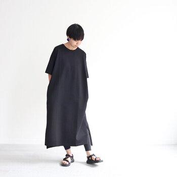 「TRAVAIL MANUEL(トラバイユマニュアル)」のTシャツワンピース。ロング丈にゆったりめのサイズ感で締め付け感がなく、ラフな着心地。