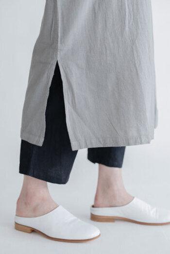 サイドにはスリット入りで、足さばきもラクラク。コットンとリネンのミックス素材でさらさらとした肌触りで、おうちの中でも快適に過ごせます。