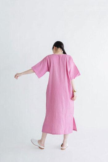 袖も風を通すゆったりとしたつくり。暑い夏も空気がこもらず快適に過ごせます。ライトグレー、ブラックといったベーシックな色合いに加えて、こんな明るいピンクもキュートでかわいらしいですね。