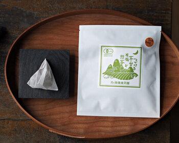 奈良県の月ヶ瀬にある茶園で育った、一番摘みの新芽をまるごと使った煎茶のギフトです。香りが高く、柔らかい旨みを味わえるのがおいしさのポイントで、農薬や化学肥料不使用の有機煎茶。便利なティーバッグのスタイルで、マグカップやタンブラーで気軽に淹れられますよ♪