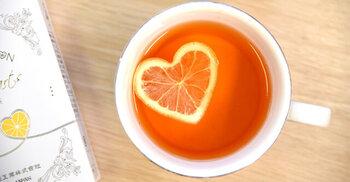 ハート型のレモンが浮かぶレモンティーのギフトです。もちろんレモンは本物なので、本格的な味わいが楽しめますよ。ハート型の筒に入れて育ったレモンは、薄切り&乾燥した状態で入っているので浮かべるだけで簡単♪合わせる紅茶は3種類から選べて、どれも国産です。