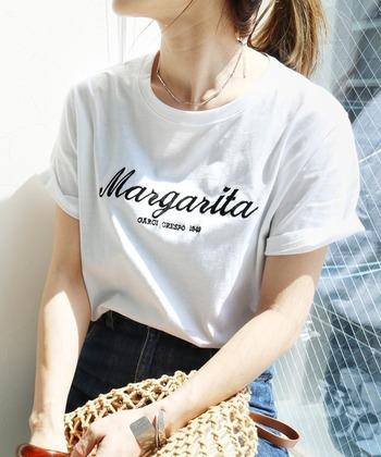 ゆったりシルエットで合わせやすい、シンプルな刺繍ロゴTシャツ。スカートやパンツなど、手持ちのボトムを選ばない、カジュアルすぎないデザインが魅力的な1枚。ボトムスは、インスタイルもアウトスタイルも両方決まるので、日々のコーデがとても楽に!