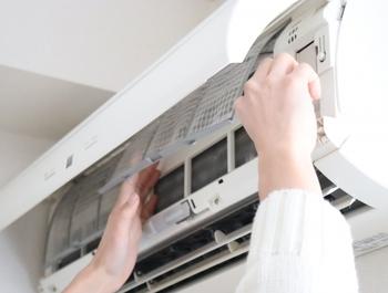 エアコンを本格的に使い始めたら、とにかく小まめにしたいのがフィルターのお掃除。2週間に一度が目安ですが、エアコンを使っている時間が長い方はもう少し頻度を上げても良いと思います。掃除機でホコリを吸い取る→水洗い→天日干しが理想的ですが、忙しい時には掃除機でホコリを吸い取るだけでも良いのでお掃除してくださいね。