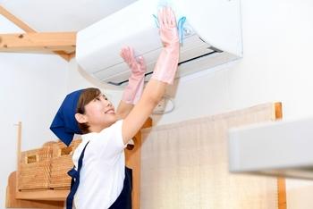 エアコンの周りは空気の流れが激しいので、外側にホコリが付いているとそれを部屋中に広げてしまうことに。エアコンの外側の汚れも定期的にしっかり拭き取る様にしましょう。吹き出し口などは、掃除機で吸い取ると◎。