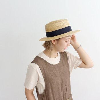 広め幅のつばがしっかりと夏の暑い日差しを防ぐ「NAPRON(ナプロン)」の麦わら帽子。デニムと合わせてもバランスを取りやすく、さっとかぶるだけで夏らしい着こなしに♪