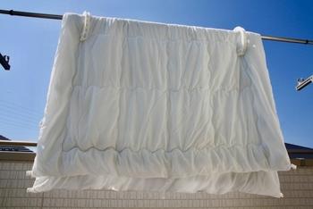 天日干しする時に注意したいのが、その時間帯。季節やお布団の素材によっても変わりますが、出来れば10時~15時の間に、片面1~1.5時間が理想とされています。あまり朝早く干したり、夕方まで干していると逆にお布団が湿気を吸ってしまう原因になるので注意しましょう。