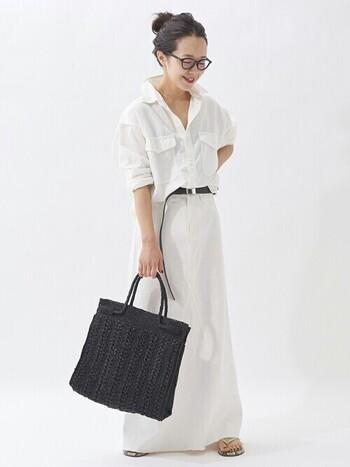 メンズライクなシャツとロングスカートの組み合わせに、バッグやベルトなどの小物で黒できりりと引き締めれば、バランスのよいオールホワイトコーデに。