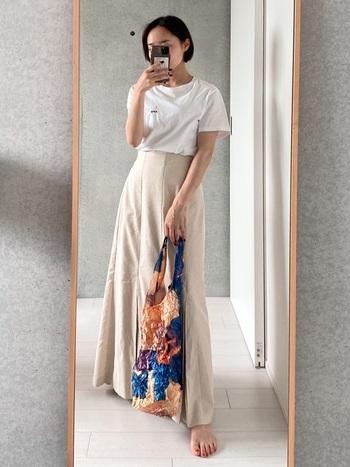 膨張して見えがちな白のTシャツも、ロングスカートにインすればコンパクトにすらりと見せることができますよ。ベージュのスカートとのグラデーションで、さらに足長効果も!