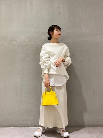 スウェット、カットソー、リブスカートと3つの異なる素材を上手に取り入れた白コーデも素敵。イエローの小ぶりなハンドバッグが白を引き立ててくれていますね。