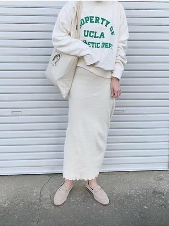 スポーティーなスウェットにタイトスカートを合わせた、女性らしいカジュアルコーデ。足元のローファーにはベージュを選ぶことで、着こなしに馴染みながらも大人の雰囲気はしっかりと。