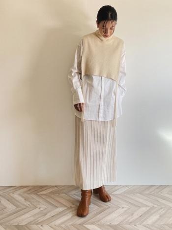 シャツとニットベストのレイヤードにIラインのプリーツスカートを合わせた、上品な大人の重ね着スタイル。少しずつ 色味の違う白を選んでいるので、オールホワイトでも味気ない印象がありません。
