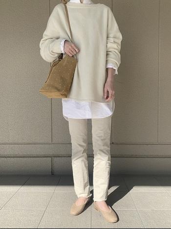 こちらも異素材で遊んだ大人のオールホワイトコーデ。オフホワイトのニットとパンツの間から覗かせた真っ白なシャツでメリハリをプラス。キャメルカラーのバッグが優しい差し色に。