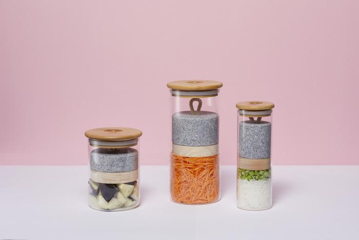 ガラス製のポットは、重しに天然ヒノキと香川県産の最高級の庵治石を使ったこだわりの仕様です。石の自然な重みで少量のお野菜で浅漬けを作れます。冷蔵庫のドアポケットに入るスリムなサイズです。