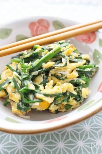 ニラは優秀なカリウムの供給源であり、むくみ解消の心強い味方です。ニラの緑と卵の黄色の組合せが鮮やかで食卓が華やぎます。ニラも卵も火の通りが早いので短時間でできるスピードメニューです。
