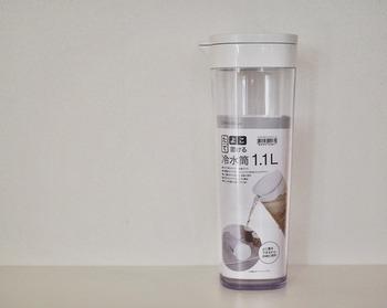 容量:約1.1L。幅10.5×奥行9.4×高さ26.7cmの、スリムでシンプルな見た目が夏の飲料をクールに演出してくれる「ニトリ」の「横置き出来る冷水筒」。